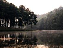 Alba e foschia in bello lago in Tailandia del nord fotografia stock