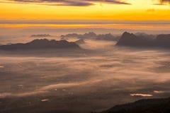Alba e foschia sulla montagna Immagine Stock Libera da Diritti