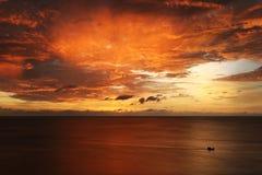 Alba e grande nube scura sopra la barca del pescatore immagine stock libera da diritti