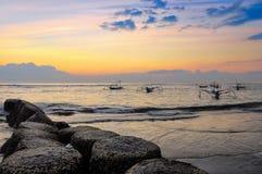 Alba e katamarans del litorale dell'oceano Fotografia Stock