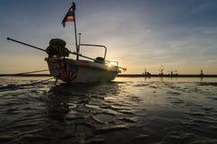 Alba e peschereccio sulla spiaggia del huahin, Tailandia Immagini Stock