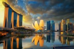 Alba e ponte nella città di Singapore con la vista di panorama immagini stock libere da diritti