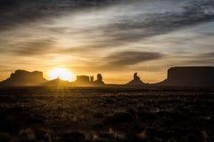 Alba e sprazzo di sole in valle del monumento negli Stati Uniti sudoccidentali fotografia stock libera da diritti