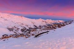 Alba e stazione sciistica magiche nelle alpi francesi, Europa Fotografie Stock Libere da Diritti