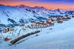 Alba e stazione sciistica stupefacenti nelle alpi francesi, Europa Fotografia Stock Libera da Diritti