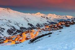 Alba e stazione sciistica stupefacenti nelle alpi francesi, Europa Fotografie Stock