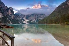 Alba en verano tardío en el lago Prags imagen de archivo libre de regalías