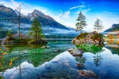 Alba fantastica di autunno del lago Hintersee La cartolina classica rivaleggia fotografia stock libera da diritti