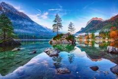 Alba fantastica di autunno del lago Hintersee La cartolina classica rivaleggia immagine stock libera da diritti