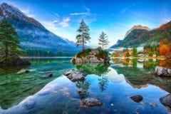 Alba fantastica di autunno del lago Hintersee La cartolina classica rivaleggia fotografia stock