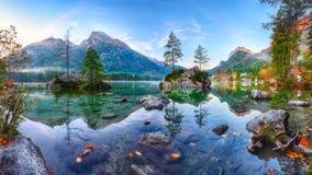 Alba fantastica di autunno del lago Hintersee La cartolina classica rivaleggia immagine stock