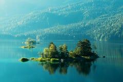 Alba fantastica sul lago Eibsee della montagna Immagine Stock