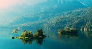Alba fantastica sul lago Eibsee della montagna Immagini Stock