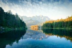 Alba fantastica sul lago Eibsee della montagna Fotografia Stock