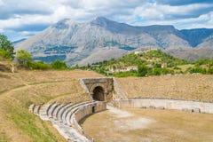 Alba Fucens, città corsiva antica al piede di Monte Velino, vicino a Avezzano, l'Abruzzo, Italia centrale Fotografie Stock