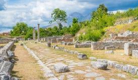 Alba Fucens, città corsiva antica al piede di Monte Velino, vicino a Avezzano, l'Abruzzo, Italia centrale Fotografia Stock Libera da Diritti