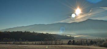 Alba fumosa della montagna Fotografie Stock Libere da Diritti