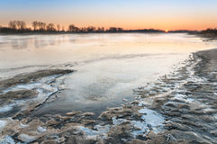 Alba gelida sopra il fiume selvaggio Fotografie Stock