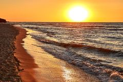 Alba gialla luminosa il sole masterizza tutto, anche il mare sta bruciando immagine stock libera da diritti