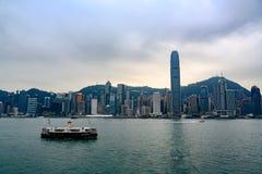 Alba in Hong Kong Traghetto a Hong Kong Island da Victoria Harbour Waterfront immagine stock libera da diritti