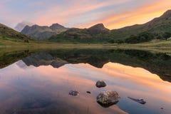 Alba idilliaca di estate nel distretto del lago fotografie stock libere da diritti