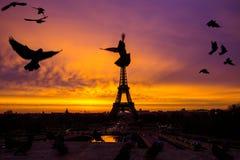 Alba incredibile impressionante del rosa-arancio-lillà Punto di vista di Eiffel fotografia stock