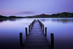 Alba iniziale sul lago fotografia stock