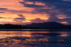 Alba intensa attraverso il porto di Tauranga Fotografia Stock