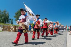 ALBA IULIA, ROEMENIË - 11 AUGUSTUS 2018: Het veranderen van de Wachtceremonie bij de Citadel alba-Carolina in Alba Iulia, Roemeni stock afbeeldingen