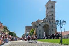 ALBA IULIA, RUMÄNIEN - 11. AUGUST 2018: Ändern der Schutzzeremonie an der Zitadelle Alba-Carolina in Alba Iulia, Rumänien lizenzfreie stockbilder