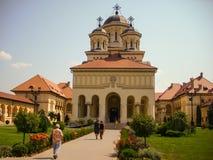 Alba Iulia, Rumänien - 24. Juli 2013: Touristen, welche die Kathedrale in Alba Iulia-Festung besichtigen Stockfoto