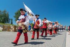 ALBA IULIA, RUMANIA - 11 DE AGOSTO DE 2018: Cambio de la ceremonia del guardia en la ciudadela Alba-Carolina en Alba Iulia, Ruman imagenes de archivo