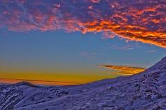 Alba luminosa di inverno in montagne Immagine Stock