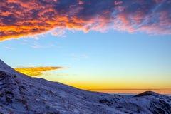 Alba luminosa di inverno in montagne Immagine Stock Libera da Diritti