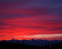 Alba luminosa sopra le montagne canadesi innevate Fotografia Stock