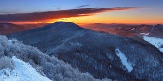 Alba maestosa nel paesaggio delle montagne di inverno Fotografia Stock Libera da Diritti