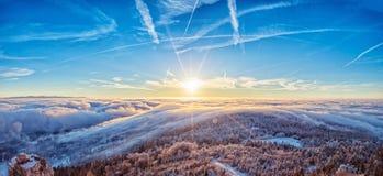 Alba maestosa nel paesaggio delle montagne di inverno Immagini Stock