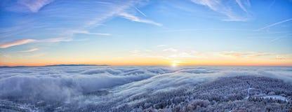 Alba maestosa nel paesaggio delle montagne di inverno Immagine Stock
