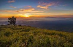 Alba maestosa nel paesaggio delle montagne. Supporto Merbabu, Java Island Immagine Stock Libera da Diritti