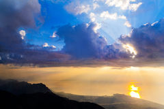 Alba maestosa sopra le montagne con i raggi di sole Immagini Stock Libere da Diritti
