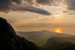 Alba maestosa sopra le montagne con i raggi di sole Fotografia Stock Libera da Diritti