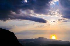 Alba maestosa sopra le montagne con i raggi di sole Immagine Stock