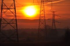 ALBA mattina piena di sole Linea di ad alta tensione Fotografie Stock