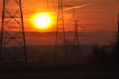 ALBA mattina piena di sole Linea di cavi ad alta tensione Immagine Stock