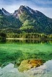 Alba meravigliosa nel lago Hintersee in alpi Immagini Stock