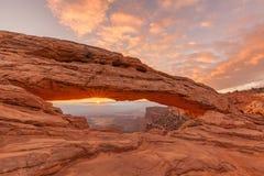 Alba a Mesa Arch Canyonlands N P Fotografia Stock