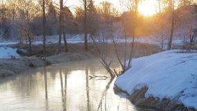 Alba in molla in anticipo sopra il fiume Una foschia leggera aumenta dall'acqua stock footage