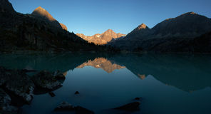 Alba in montagne sul lago Immagini Stock