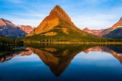 Alba Montana del lago Swiftcurrent Fotografie Stock