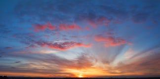 Alba naturale di tramonto Cielo drammatico luminoso Immagine Stock